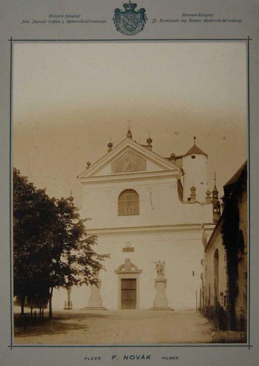 Historická fotografie štítového průčelí kostela z doby před rokem 1945